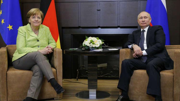 بوتين يؤكد لميركل استعداد روسيا لتعديل مبادرتها بنشر قوات أممية شرق أوكرانيا