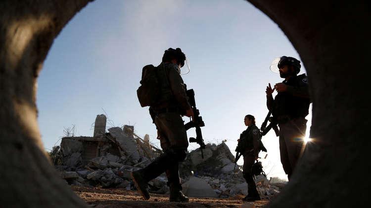 جندي إسرائيلي يطلق النار على فتى فلسطيني شرق الخليل
