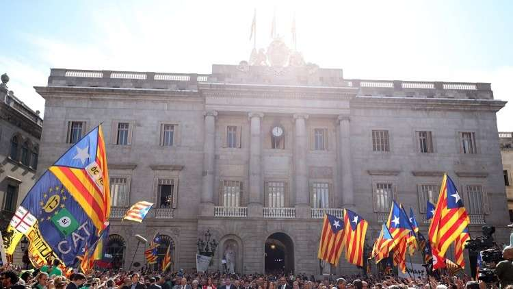 تظاهر المئات من رؤساء البلديات الكتالونية دعما للاستقلال