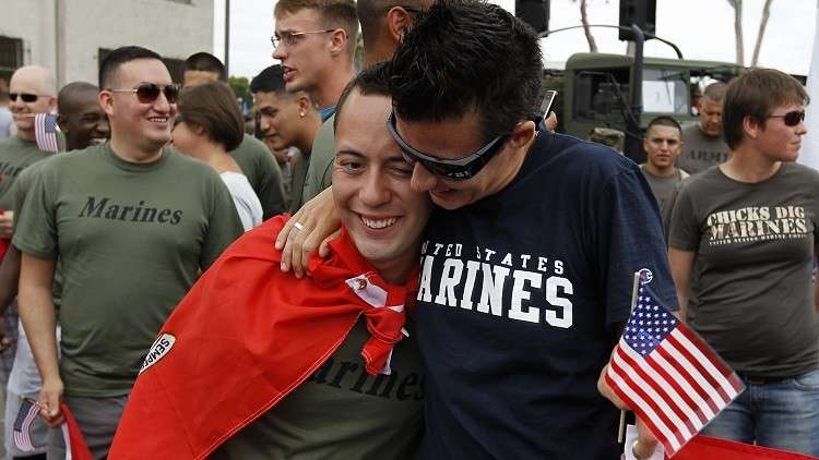 جنود من المارينز الأمريكي في كرنفال للمثليين في سانت دييغو