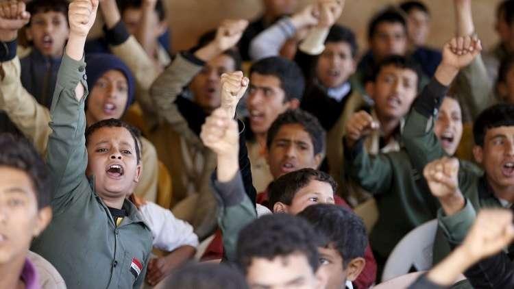 اليمن.. إتلاف كتب مناهج تعليمية حرفها الحوثيون