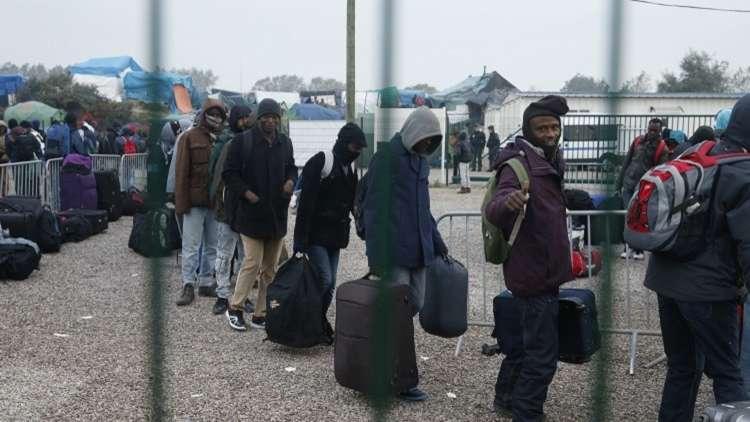 فرنسا تخلي مخيما عشوائيا للمهاجرين