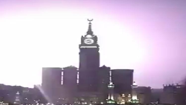 بالفيديو.. الصواعق تضرب محيط برج الساعة في مكة!