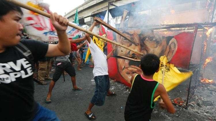 معارضو الرئيس الفلبيني ومؤيدوه يتظاهرون في مانيلا