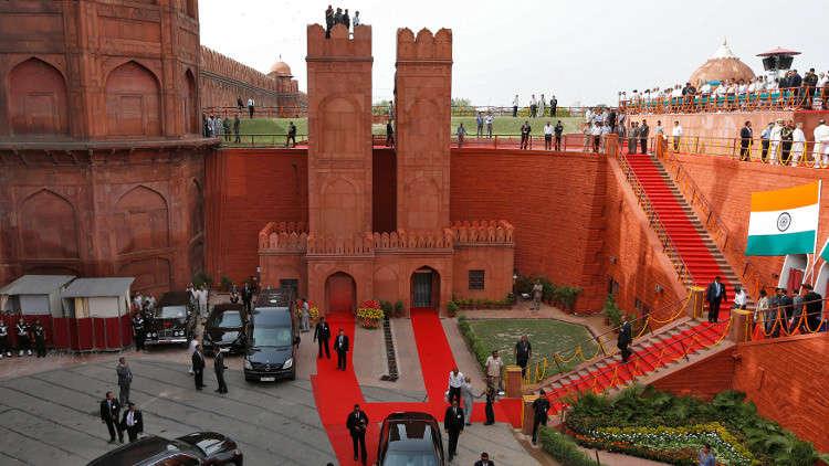 مجهول يسرق هاتف سفير أوكرانيا في الهند أثناء التقاطه