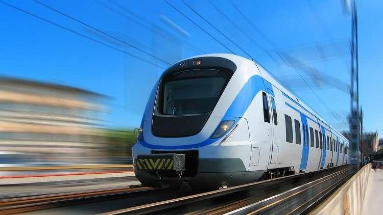 مواطن يتعلق بمسّاحات قطار يسير بسرعة كبيرة!