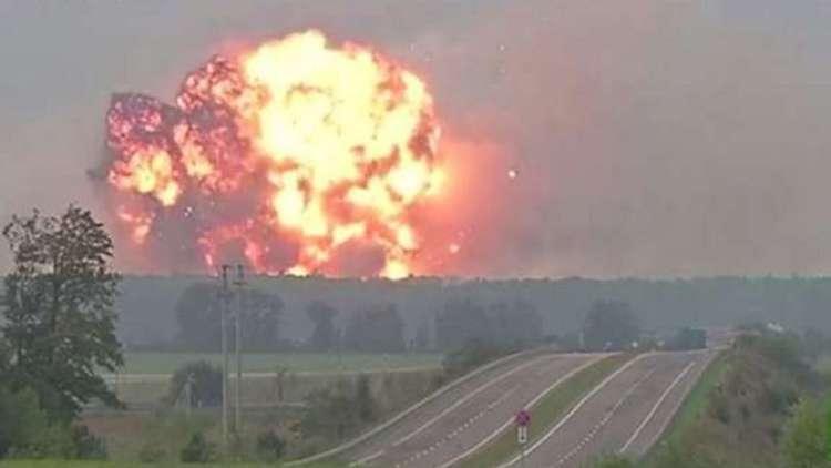 لحظة وقوع انفجارات ضخمة بمستودع للذخائر في أوكرانيا