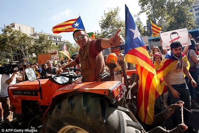 مئات الجرارات في برشلونة دعما لاستفتاء استقلال كتالونيا (صور)