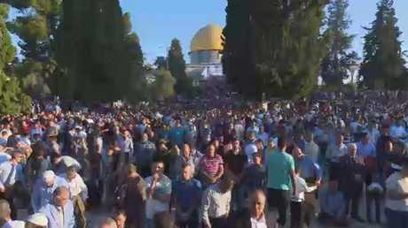 عشرات الآلاف يصلون العيد في الأقصى