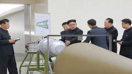 """زعيم كوريا الشمالية يتفقد """" القنبلة الهيدروجينية"""" 2/9/2017"""