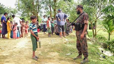 عنصر أمني مينماري ولاجون من الروهينغا عالقون على الحدود مع بنغلادش