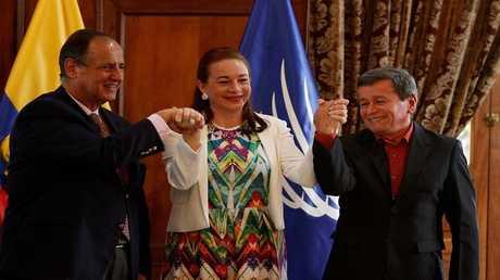 """وزيرة خارجية الإكوادور، ماريا فرناندا اسبينوز، تتوسط رئيسي وفدي الحكومة الكولومبية و """"جيش التحرير الوطني"""" الكولومبي."""