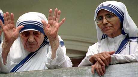 الأم تيريزا تلوح لمحبيها من الشرفة في كالكوتا أثناء عيد ميلادها الأخير (87 عاما) 26 أغسطس 1997 وبجانبها الأخت نيرمالا التي تابعت رسالتها