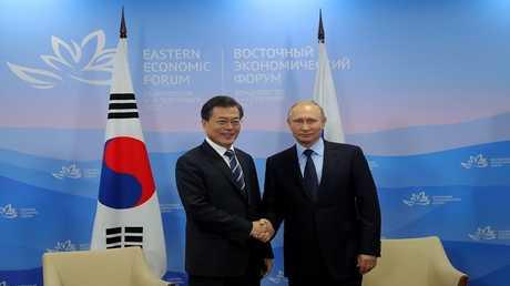 الرئيس الروسي فلاديمير بوتين ورئيس كوريا الجنوبية مون جيه إن