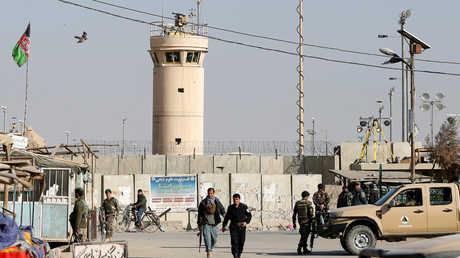 """جنود أفغان خارج قاعدة """"باغرام"""""""