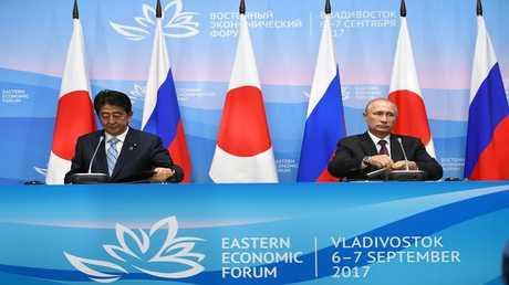 الرئيس الروسي فلاديمير بوتين ورئيس الوزراء الياباني شينزو آبي