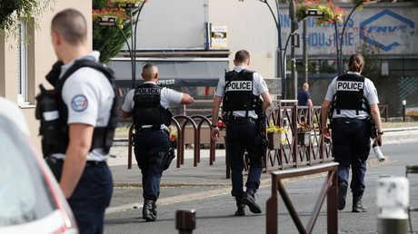 رجال الشرطة في بلدة فيلجويف بضواحي باريس