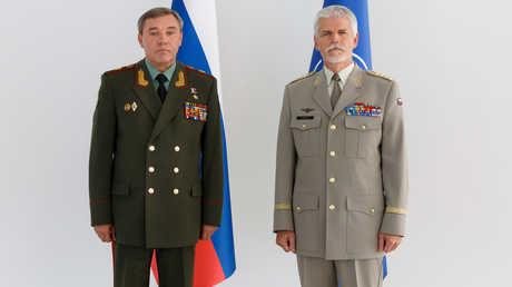رئيس هيئة الأركان الروسي، الجنرال فاليري غيراسيموف، خلال لقائه رئيس اللجنة العسكرية في حلف الناتو، الجنرال بيتر باول، في العاصمة الأذربيجانية باكو.