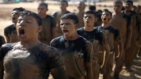 شباب فلسطينيون يشاركون في تدريبات عسكرية في معسكر صيفي لحماس في رفح جنوب قطاع غزة 27 يوليو 2017
