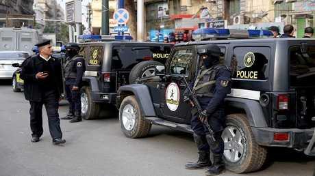 أرشيف - رجال من الشرطة المصرية في مهمة
