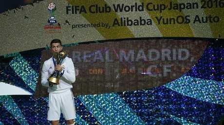 كريستيانو رونالدو يحمل كأس العالم للأندية 2016
