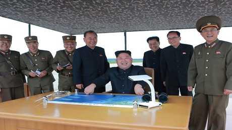 أرشيف - كيم جونغ أون يشرف على عملية إطلاق صواريخ باليستية متوسطة وطويلة المدى