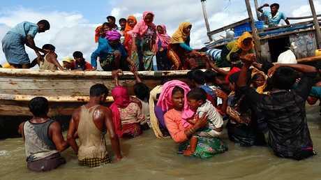 لاجئون روهينغا على متن قارب بعد فرارهم من ميانمار إلى بنغلاديش عبر خليج البنغال 11 سبتمبر 2017