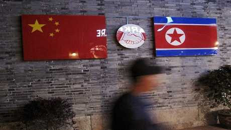 أعلام الصين وكوريا الشمالية - مقاطعة تشجيانغ، الصين في 12 أبريل 2016