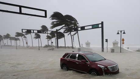 قوة الإعصار المدمر تنخفض بالتزامن مع تحركه قرب سواحل فلوريدا الغربية وتبلغ سرعة الرياح حاليا 135 كيلومترا في الساعة.