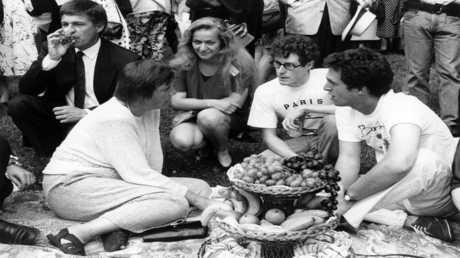 أرشيف - أنغيلا ميركل بصحبة طلاب جامعيين في 22 أغسطس 1992 في بايرويت، ألمانيا الشرقية
