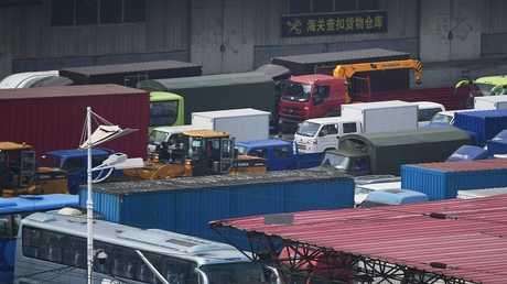 أرشيف - شاحنات في مدينة داندونغ الحدودية الصينية