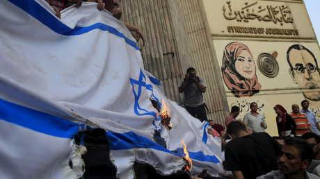 متظاهرون مصريون يحرقون علم إسرائيل أمام نقابة الصحفيين وسط القاهرة
