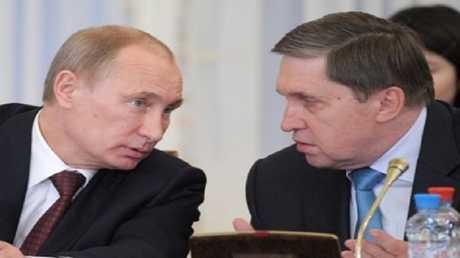 الرئيس الروسي فلاديمير بوتين ومساعده يوري أوشاكوف