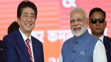 رئيس الوزراء الياباني شينزو آبي ونظيره الهندي ناريندرا مودي
