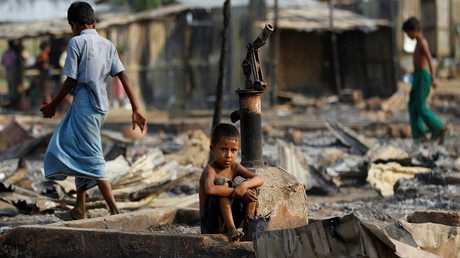أطفال من الروهينغا يتجولون في منطقة محروقة في ميانمار