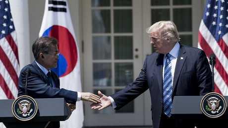 الرئيس الأمريكي دونالد ترامب ونظيره الكوري الجنولب مون مون جيه-إن خلال لقائهما في واشنطن، 30/06/2017