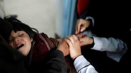 طفل يمني يتلقى اللقاح ضد الكوليرا