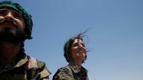 مقاتلات من وحدات حماية الشعب الكردية