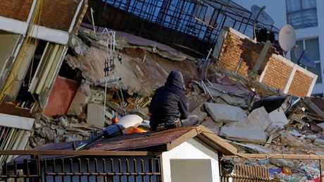 مواطن مكسيكي يجلس أمام حطام منزل هدمه الزلزال المدمر 20 سبتمبر 2017