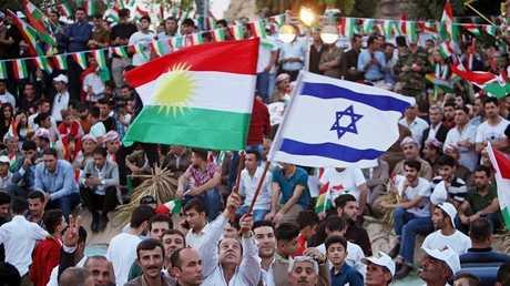 كردي يحمل علما اسرائيليا خلال تجمع في أربيل يدعم انفصال كردستان عن العراق