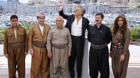 برنار ليفي برفقة مسؤولين ونجوم أكراد في فرنسا في وقت سابق
