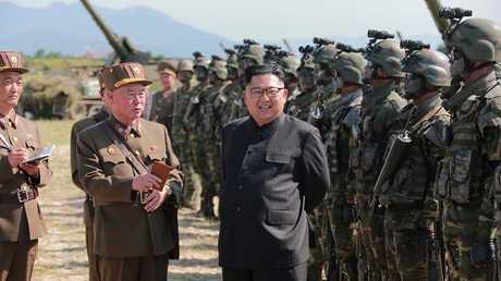 عناصر من الجيش الكوري الشمالي مع الزعيم كيم أونغ أون - أرشيف -