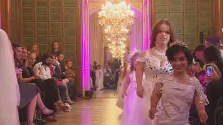 عرض أزياء لقصيرات القامة في باريس
