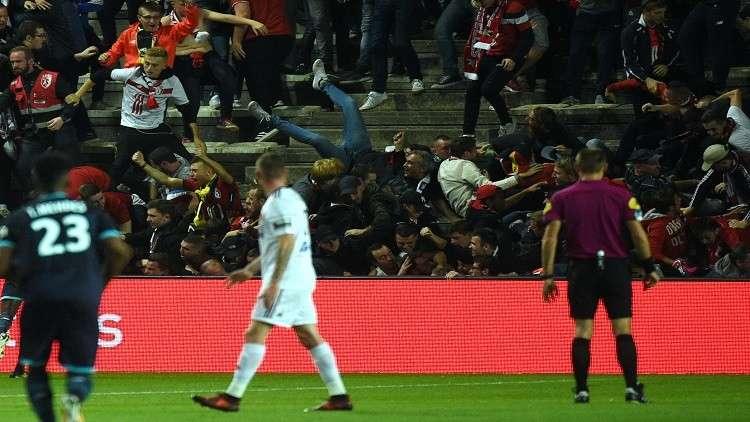 بالفيديو.. انهيار سياج ملعب في الدوري الفرنسي يخلف 29 جريحا
