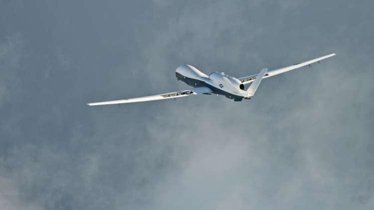 الحوثيون ينشرون صور حطام طائرة التجسس الأمريكية التي أسقطوها