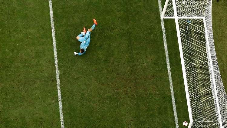 حارس بلجيكي يتقمص دور صانع ألعاب وينقذ فريقه من الهزيمة (فيديو)