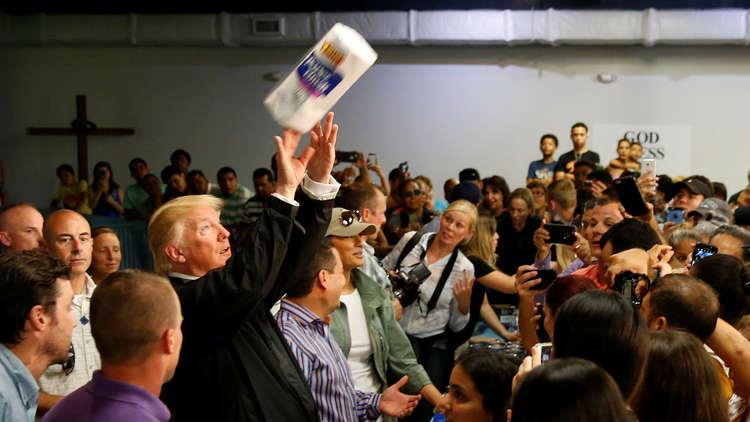 ترامب يرمي المناديل الورقية ويمازح