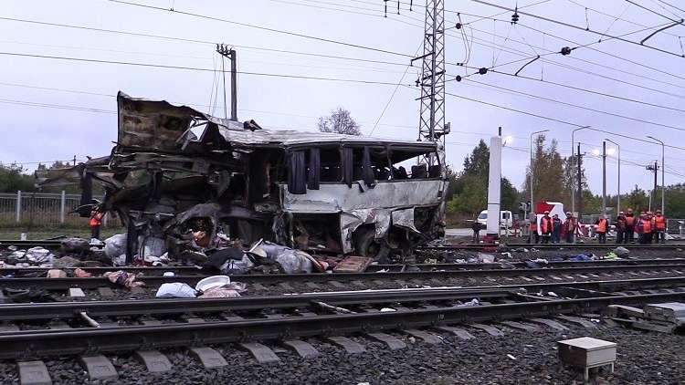 17 شخصا يلقون حتفهم في حادثة اصطدام حافلة بقطار في شرق موسكو