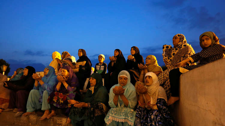 مسلمون يفرون من قرية هندية بعد مقتل مغنٍ شعبي