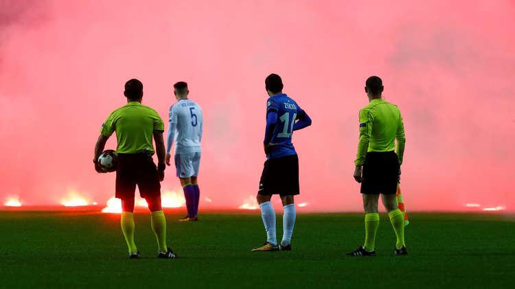 """بالفيديو.. جماهير البوسنة تحرق ملعب """"إستونيا"""" غضبا"""